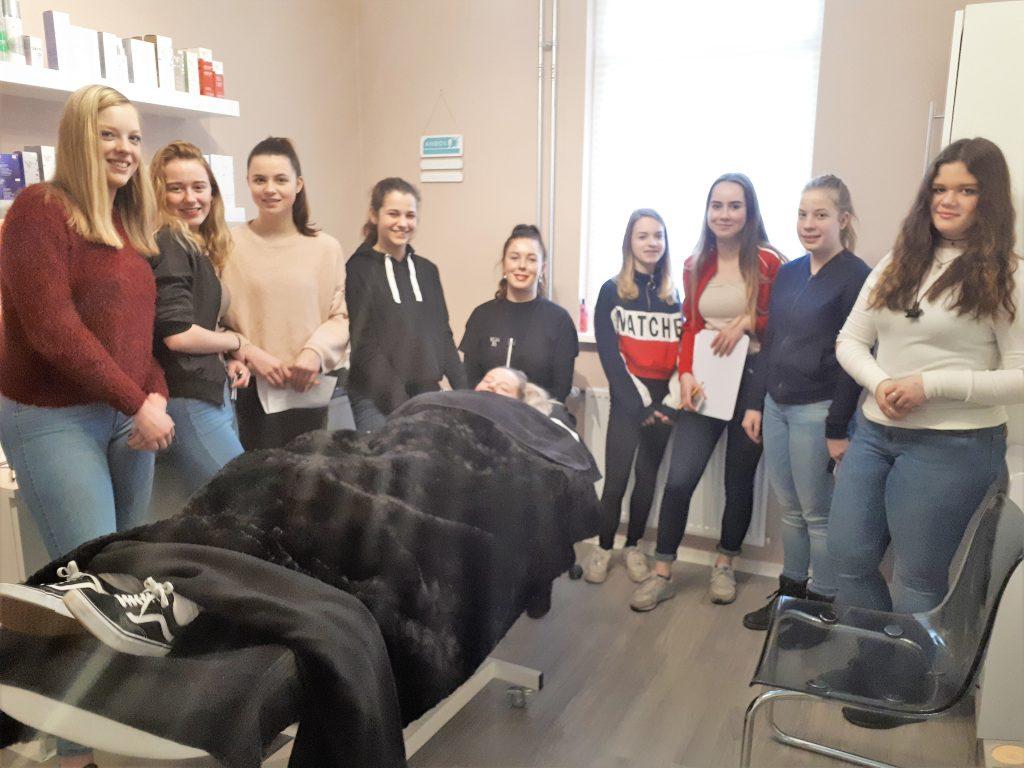 Leerlingen op bezoek bij schoonheidsspecialiste