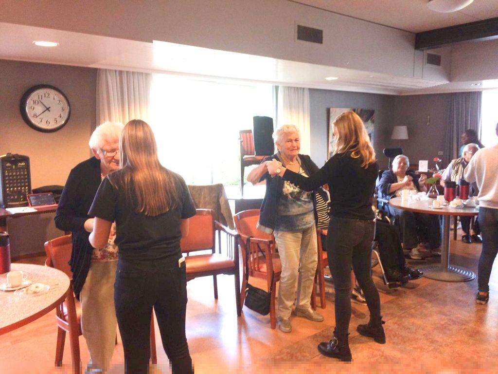 Dansworkshop: ouderen en leerlingen Zorg & Welzijn dansen samen tijdens week van dementie